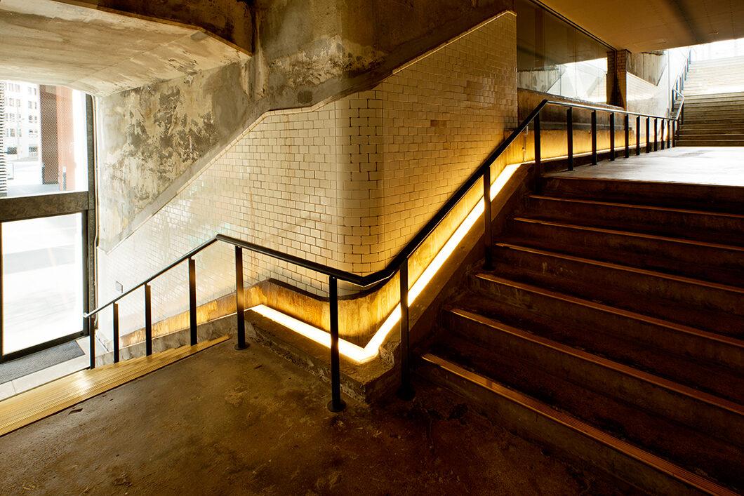 1935階段 ※1935年(昭和10年)に設置された階段が当時のまま利用されており、  照明によって空間の雰囲気を引き立てています