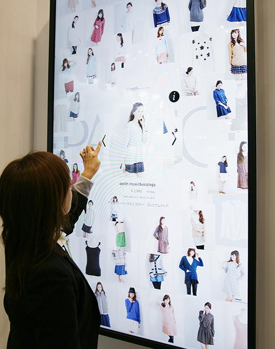 気になる商品・情報を直感的に選ぶことができるタッチパネル「P-WALL」