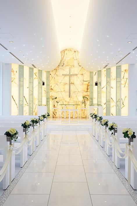 祭壇にはイエローオニキス(天然石)を広範囲に使用