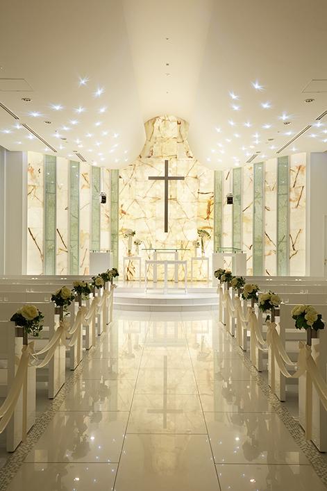 天井には約60個のクリスタル照明を設置