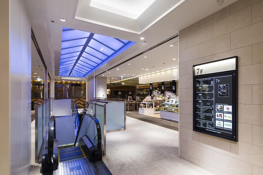 最上階のエスカレーター上部の天井は時間によって照明色が変わり、空間の表情に変化を与える