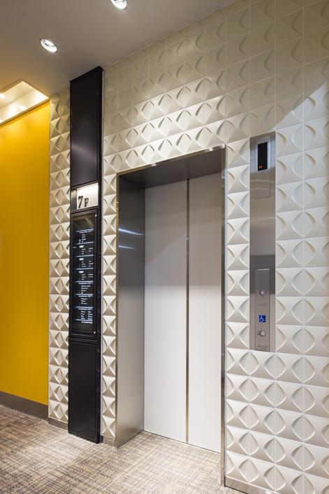 エレベーター周りは一面の柄壁面で空間にインパクトを与える