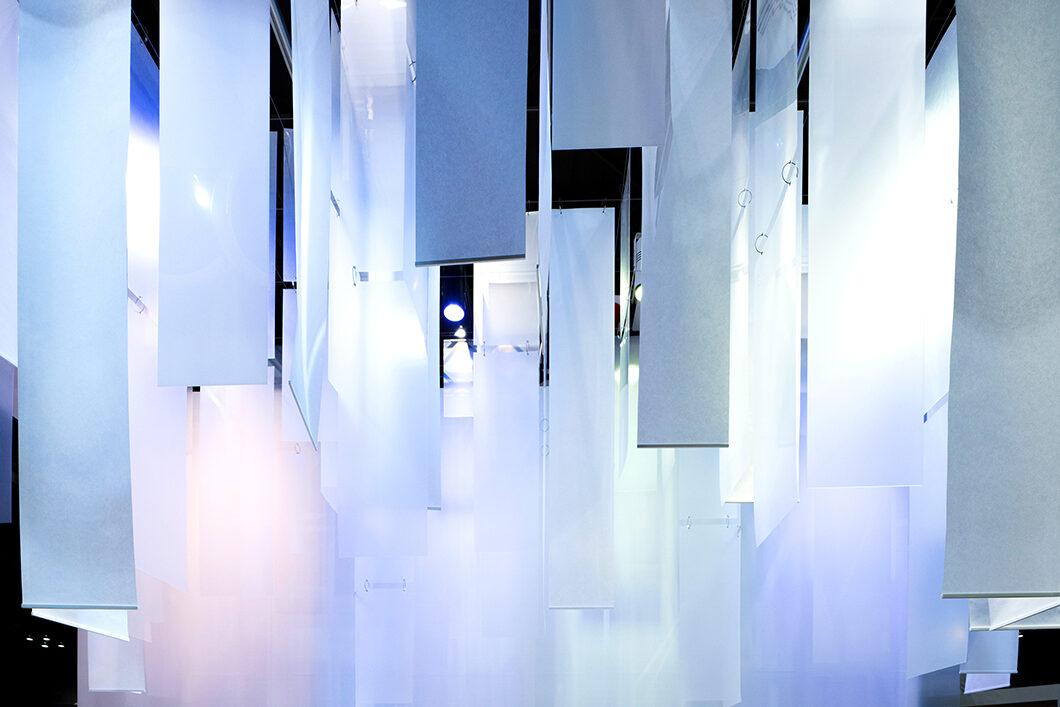 天井から吊るしたフルカラー照明は手元のデバイスで自由にカラーチェンジ可能